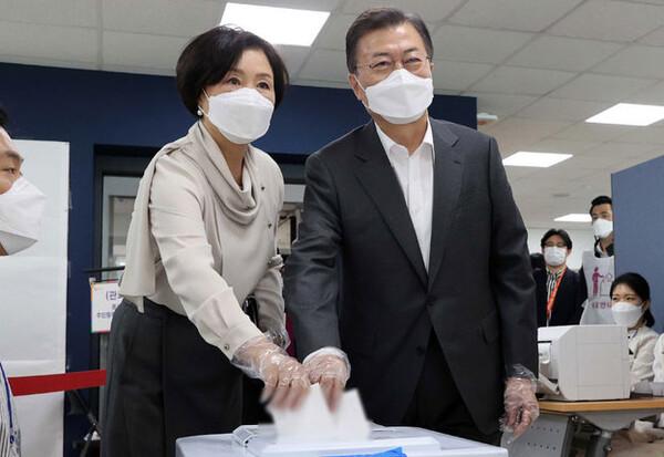 문재인 대통령 내외, ' 4·7 재보선 사전투표일 첫날 투표'
